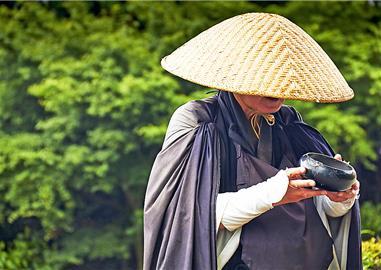 Buddhistický mnich na své každodenní pouti,  Japonsko