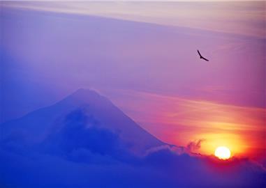 Sopka v odrazu vycházejících paprsků,  Indonésie